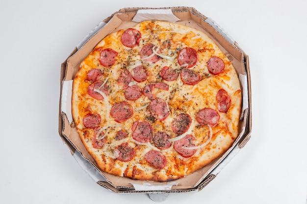 Ronde pepperoni pizza op een witte tafel in rio de janeiro.