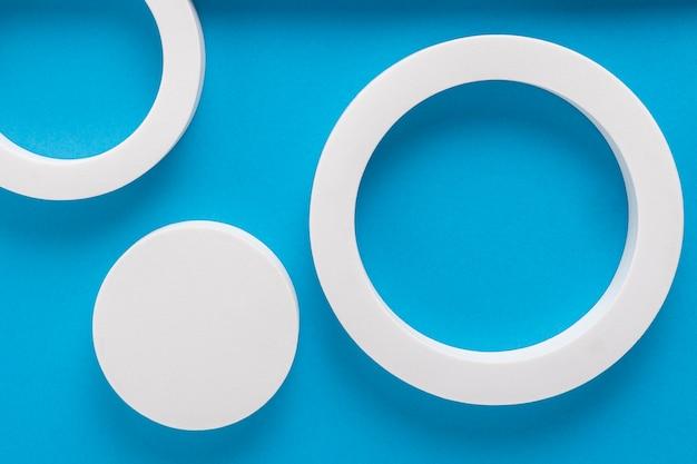 Ronde podia op een blauw kartonnen achtergrondontwerp van gevouwen papiermateriaal. bovenaanzicht, plat gelegd.