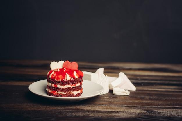 Ronde rode cake snoep dessert snoep snack houten achtergrond