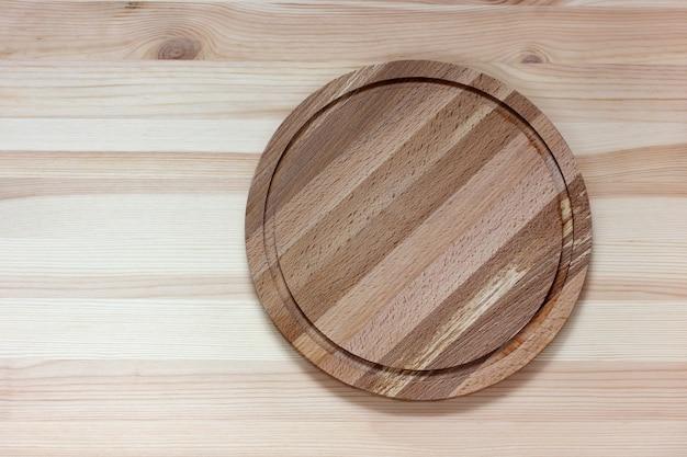Ronde snijplank op een houten tafel