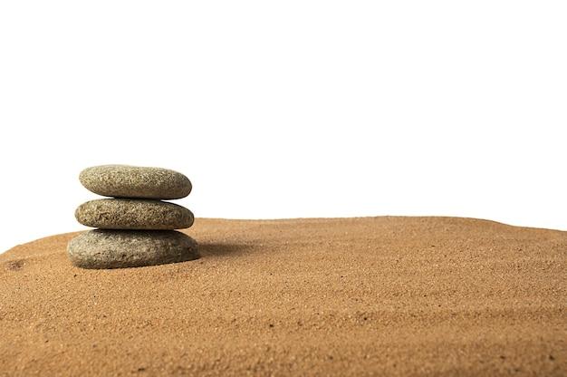 Ronde stenen liggen op het zand. natuurstenen. meditatie en rust.
