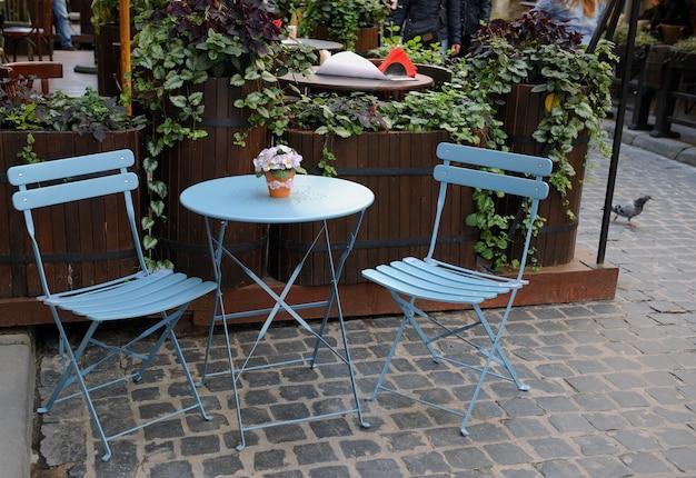Ronde tafel en twee stoelen
