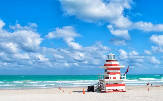 Ronde van het strand van miami, kleurrijke badmeestertorens eigenzinnige iconische gebouwen badmeestertorens