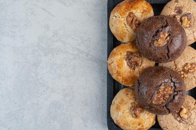 Ronde verse heerlijke koekjes op donkere plaat.