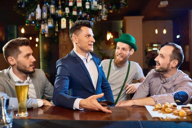 Rondhangen met vrienden in pub