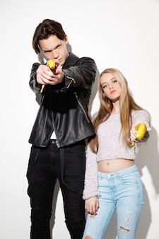 Ronduit knallen. close-up mode portret van twee jonge coole hipster meisje en jongen die jeans dragen. twee modellen die plezier hebben en serieuze gezichten trekken.