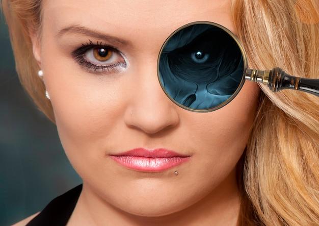 Röntgenfoto met een vergrootglas op het oog van een persoon