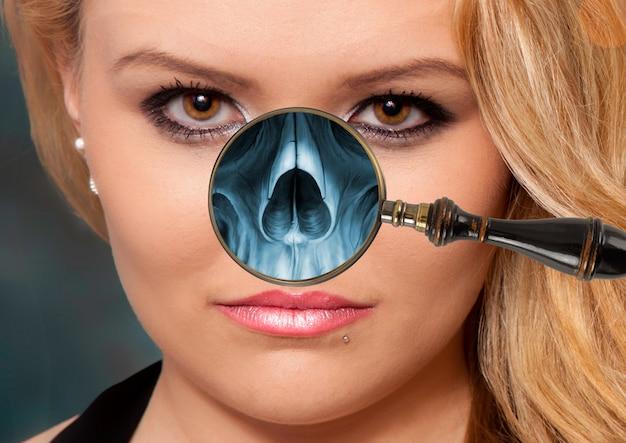Röntgenfoto met een vergrootglas op iemands gezicht