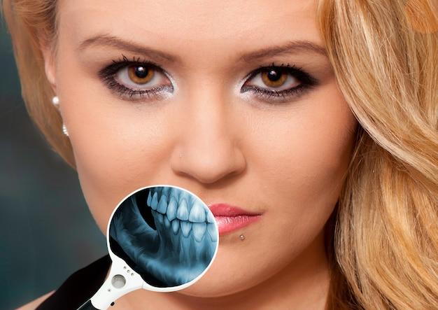 Röntgenfoto met een vergrootglas op iemands kaak