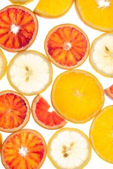 Röntgenfoto van fruit. verschillende plakjes citrusvruchten sinaasappel en citroen op de lumen achtergrond. bovenaanzicht en macro