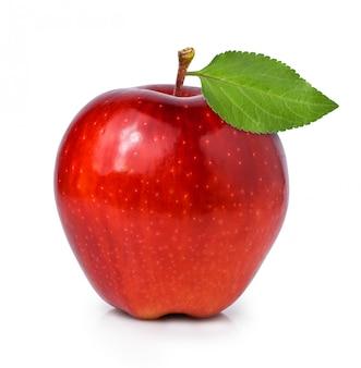 Rood appelfruit met groen blad dat op witte achtergrond wordt geïsoleerd
