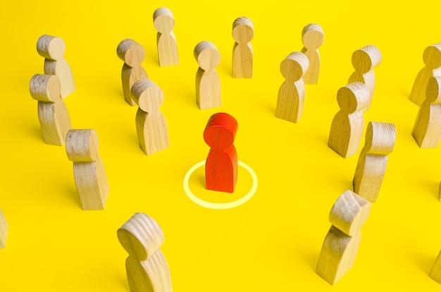 Rood beeldje van een man in een cirkel in een menigte mensen. persoonlijke ruimte zone. afstand bewaren