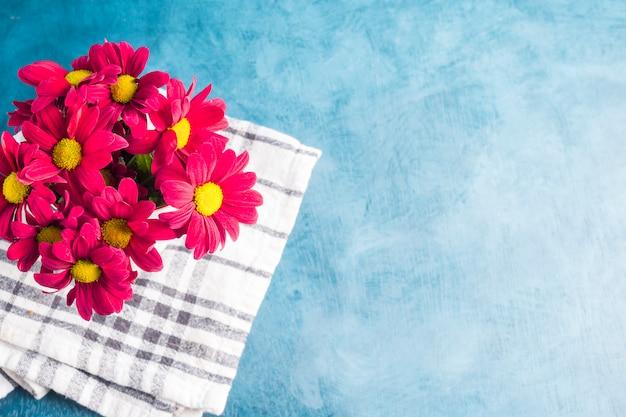 Rood bloemenboeket op doek