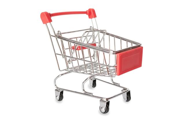 Rood boodschappenwagentje of lege die supermarktkar op witte achtergrond met het knippen van weg wordt geïsoleerd