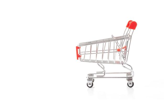 Rood boodschappenwagentje op een witte achtergrond