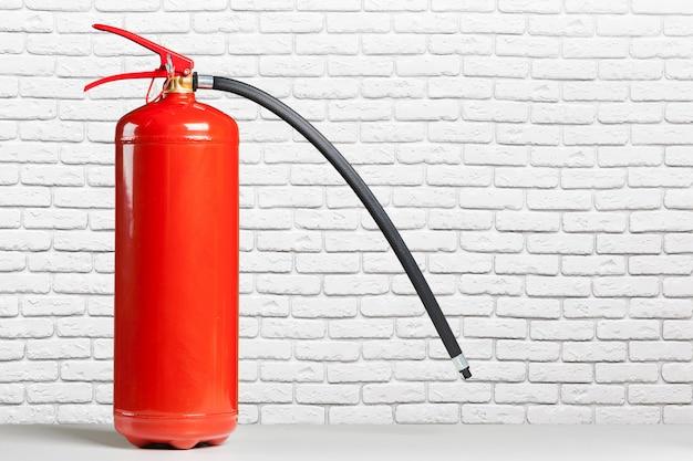 Rood brandblusapparaat op een houten lijst