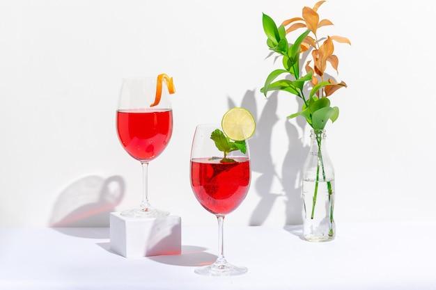 Rood cocktailglas gemaakt van wodka en mousserende wijn op witte achtergrond