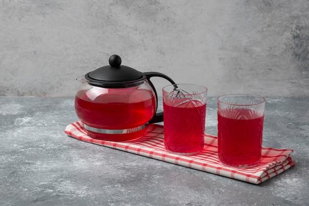 Rood cornelsap in de ketel en in het glas.