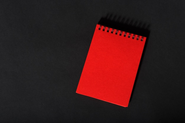 Rood dagboek op zwart
