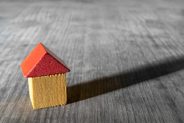 Rood dak houten speelgoed huis.