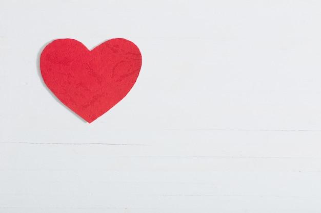 Rood document hart op witte houten achtergrond