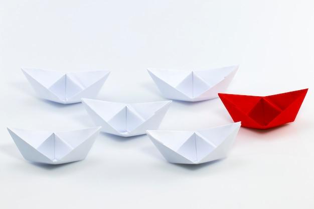 Rood document schip dat onder witboekschepen leidt