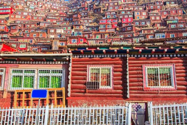 Rood dorp en klooster in larung gar (boeddhistische academie) in sichuan, china