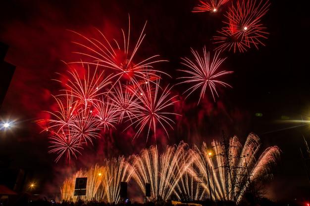 Rood en geel feestelijk vuurwerk. internationaal vuurwerkfestival rostec
