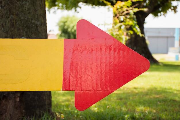 Rood en geel pijlteken dat van karton wordt gemaakt