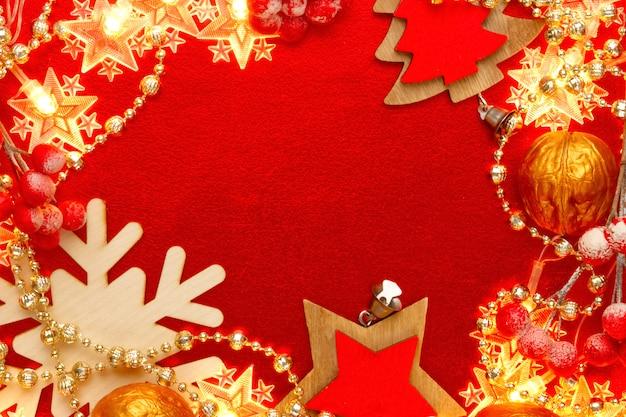 Rood en gouden met kerstversiering en slingers. abstract kerstmispatroon. frame, rand.