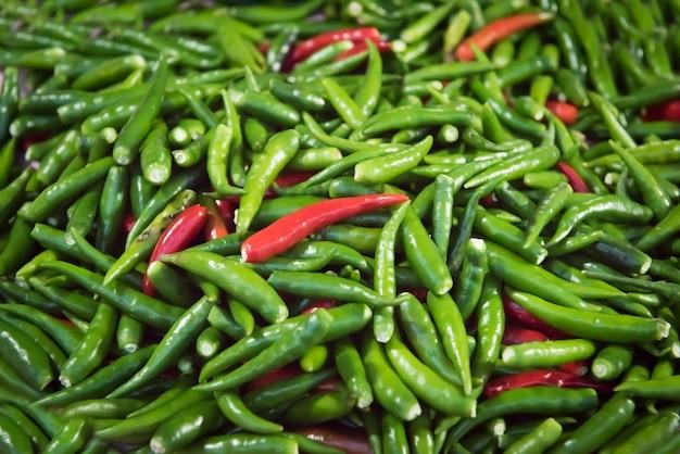 Rood en groen bird's eye chilli stapel voor verschillende zaden.