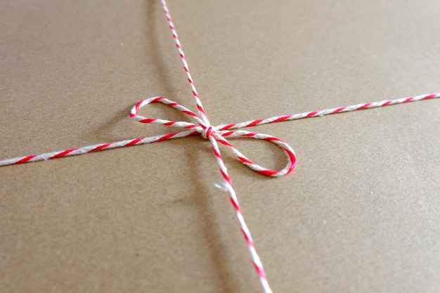 Rood en wit pakketkabel dicht omhooggaand pakket