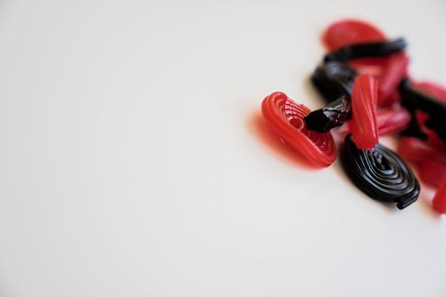 Rood en zwart zoethout met kopie ruimte