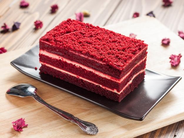 Rood fluweelcake op een houten bord