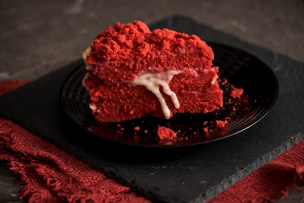 Rood fluwelen cake canvas servet op een betonnen donkere grijze achtergrond