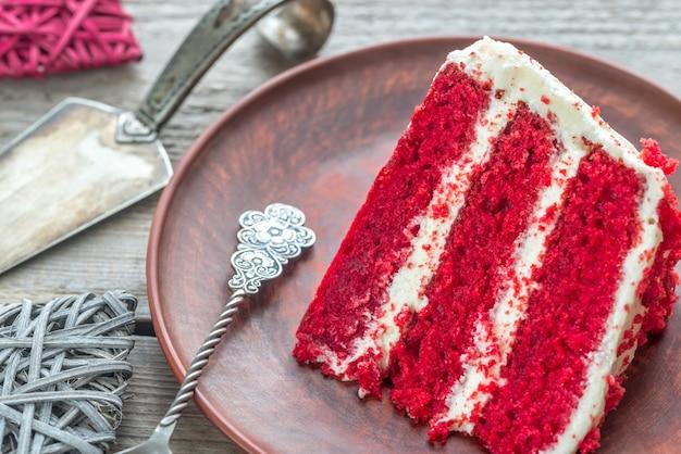 Rood fluwelen cake op de plaat