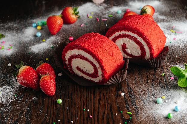 Rood fluwelen cakebroodje met aardbei
