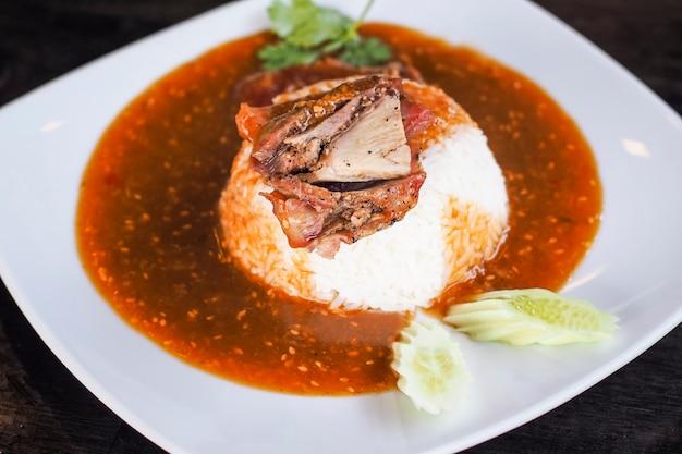 Rood gebarbecued varkensvlees op rijst
