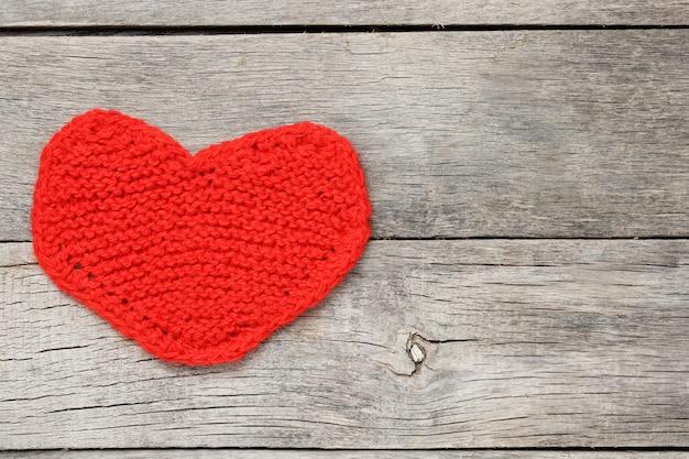 Rood gebreid hart, symboliseert liefde