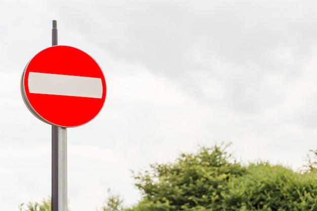 Rood geen ingangsverkeersteken op metaalpool