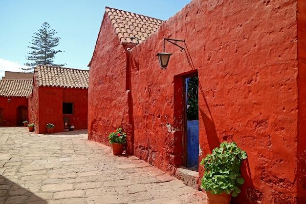 Rood gekleurde historische gebouwen in het klooster van santa catalina