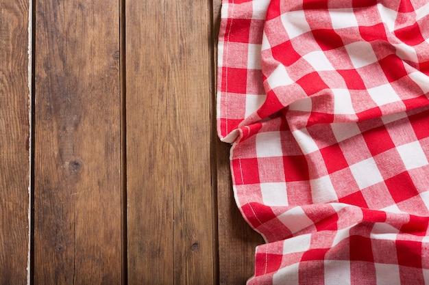 Rood geruit tafelkleed op houten tafel, bovenaanzicht