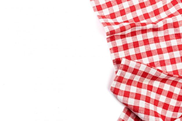 Rood gevouwen tafelkleed dat op wit wordt geïsoleerd