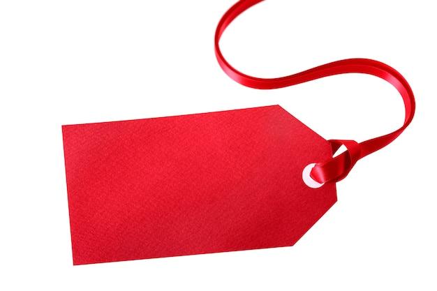Rood giftmarkering of prijskaartje met rood lint dat op wit wordt geïsoleerd