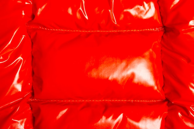 Rood glad glanzend jasje textuur detail