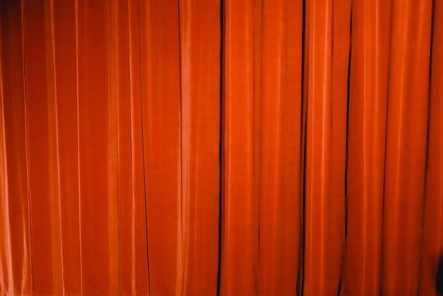 Rood gordijn van een theater, te gebruiken als achtergrond van stoffen.