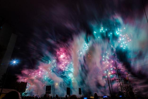Rood, groen en blauw feestelijk vuurwerk. internationaal vuurwerkfestival rostec