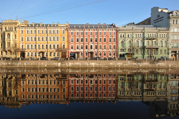 Rood groen geel en weerspiegeling in het water vroeg in de ochtend op de moika-rivier