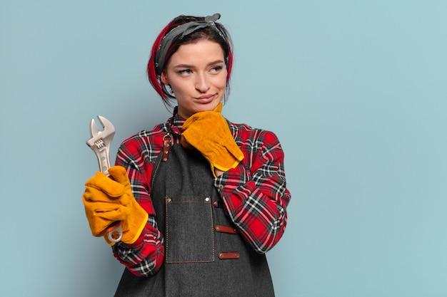 Rood haar cool handywoman of huishoudster concept