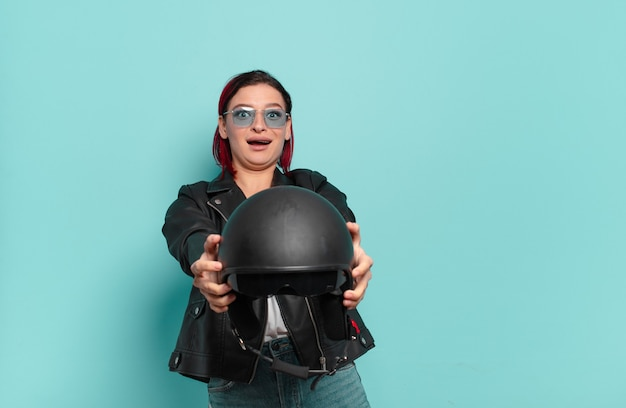 Rood haar cool vrouw motorrijder concept
